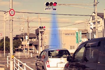 信号機の光で車が自動停止